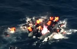 Kinh hoàng thuyền chở người di cư bốc cháy giữa biển