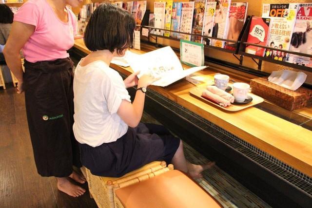 Đi Nhật uống ở quán cà phê hầu gái, cà phê ngâm chân... - Ảnh 5.