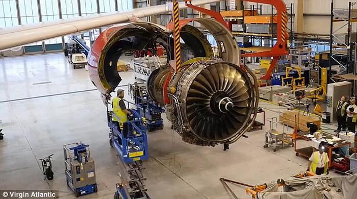 Clip động cơ Roll-Royce được lắp vào cánh máy bay ngoạn mục - Ảnh 1.